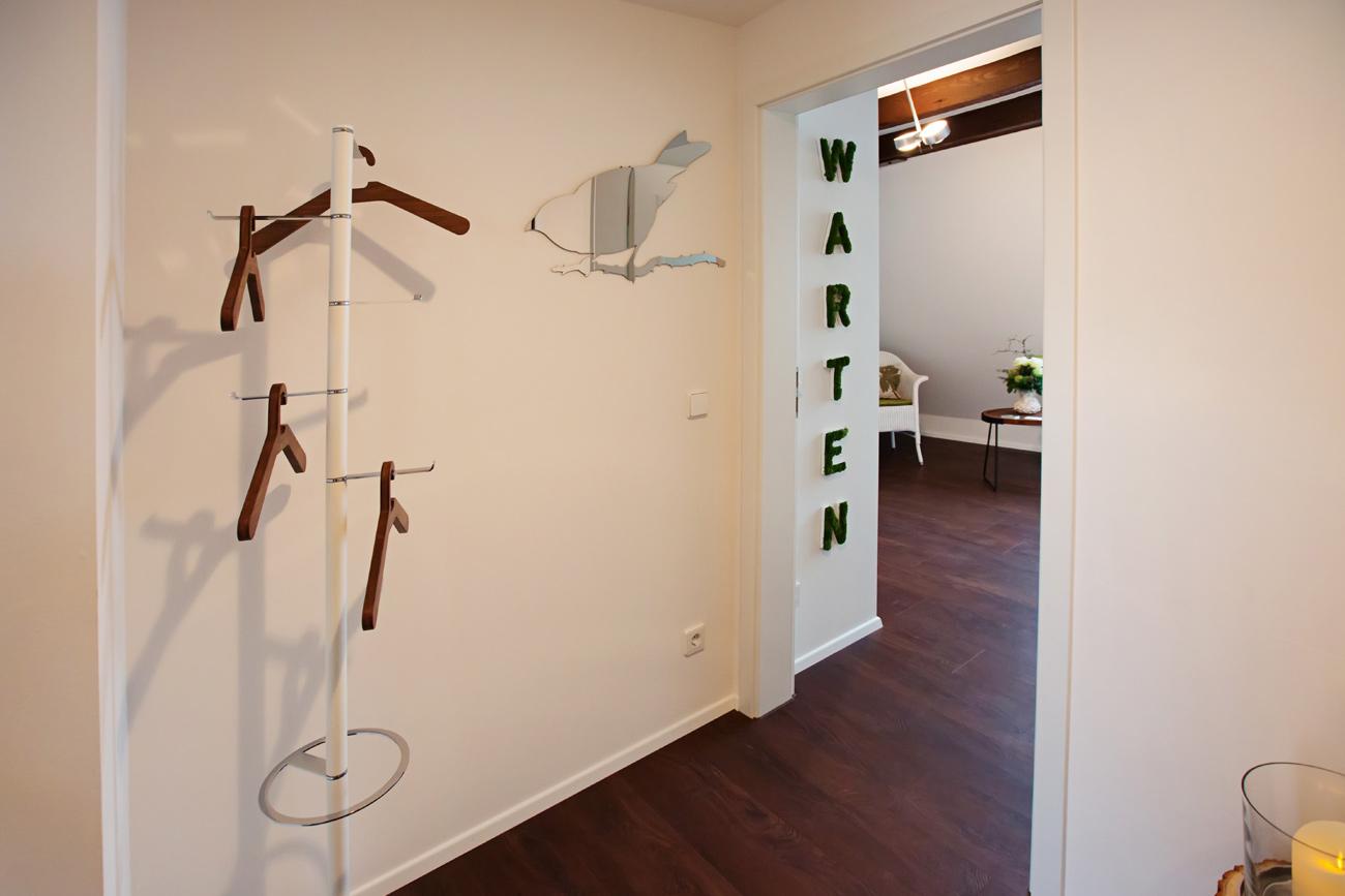 Geschützter Ort: Zum Schutz Ihrer Privatsphäre sind Garderobe und Wartebereich räumlich getrennt.